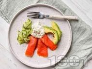 Рецепта Здравословна нисковъглехидратна закуска със сьомга, авокадо и сирене Котидж